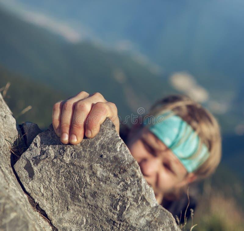 Молодой человек заканчивая его весьма подъем горы стоковые фотографии rf