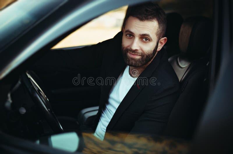 молодой человек за колесом стоковое изображение rf
