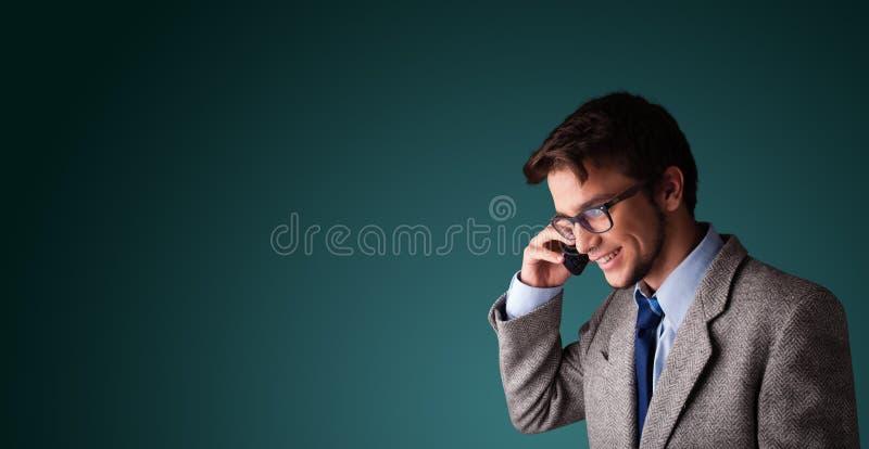 Молодой человек звоня телефонный звонок с космосом экземпляра стоковое изображение rf