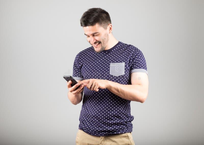 Молодой человек используя его smartphone стоковые фото