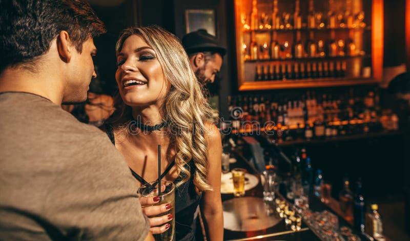 Молодой человек и женщина имея полезного время работы на ночном клубе стоковое изображение rf