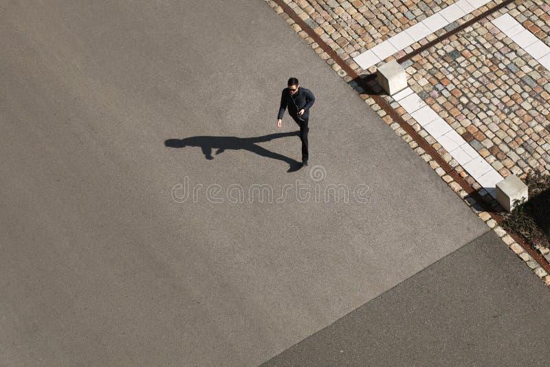 Молодой человек идя вперед в солнечный день стоковые фото