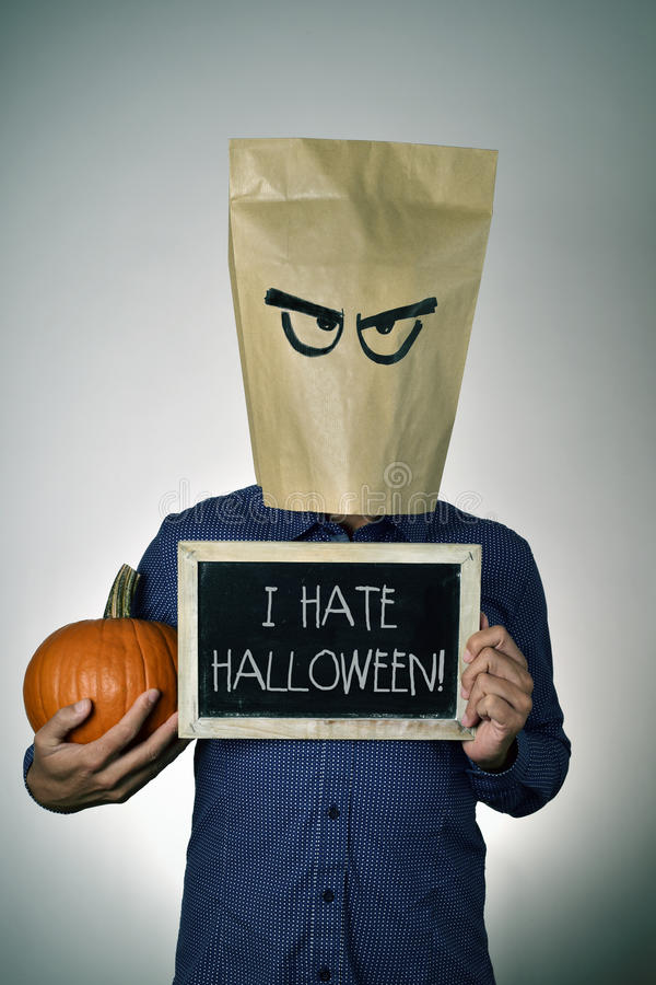 Молодой человек который ненавидит хеллоуин стоковое изображение rf