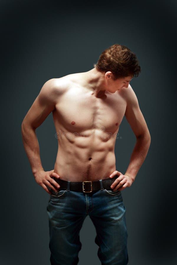 Молодой человек мышцы сексуальный стоковая фотография rf