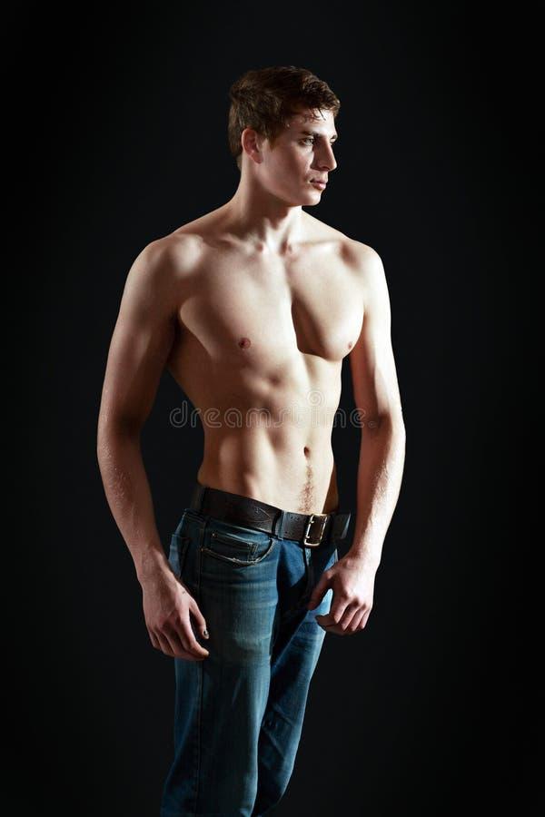 Молодой человек мышцы сексуальный стоковые изображения