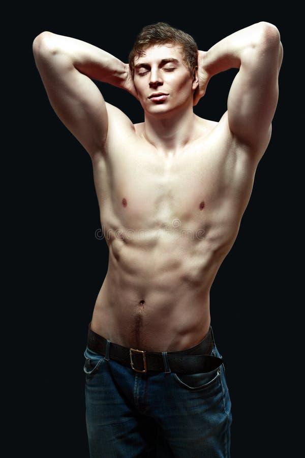 Молодой человек мышцы сексуальный стоковое фото