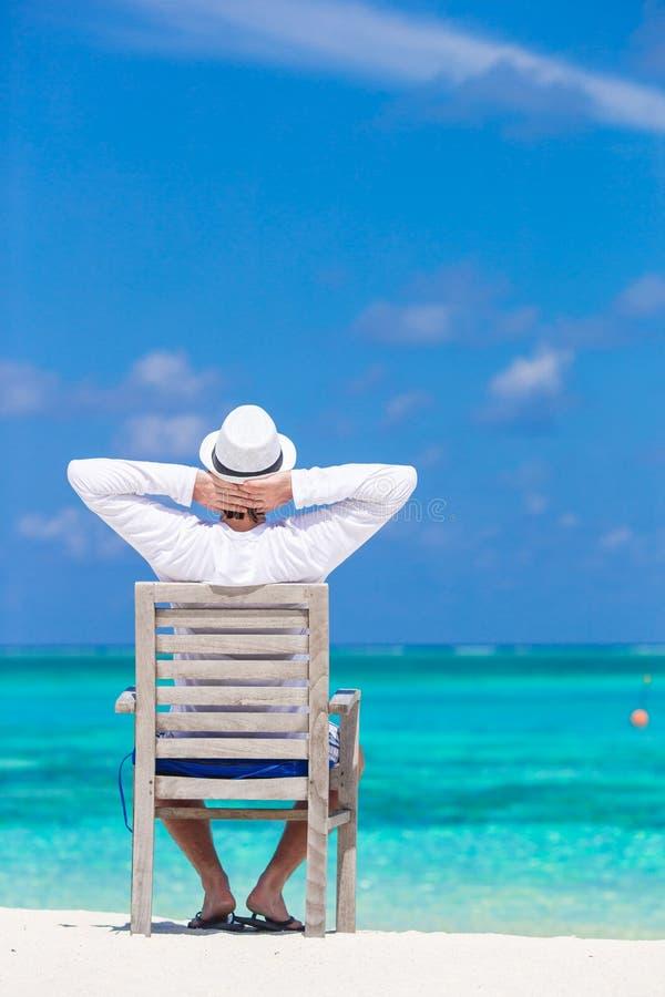 Молодой человек наслаждаясь летними каникулами на тропическом стоковое изображение