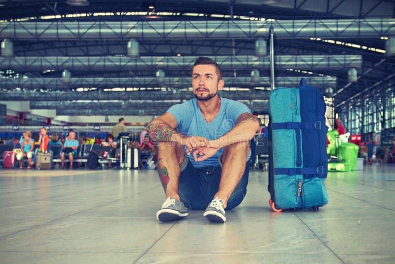 Молодой человек на авиапорте стоковое изображение