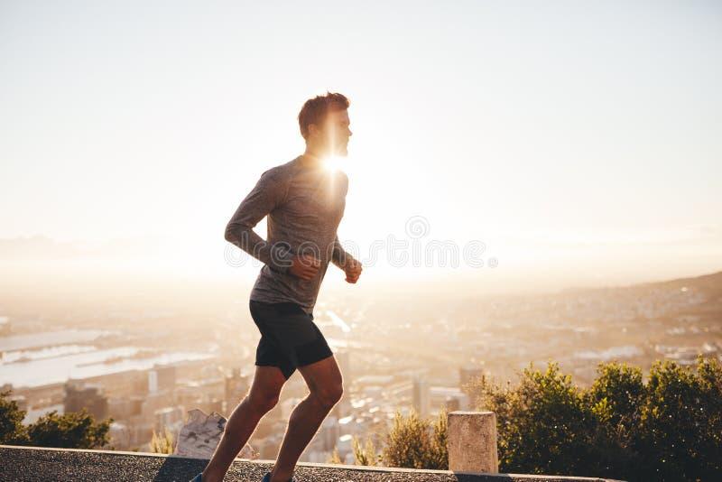 Молодой человек на беге утра стоковое изображение