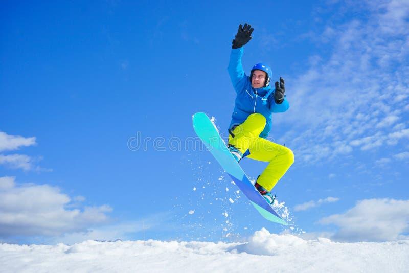 Молодой человек на сноуборде стоковая фотография rf