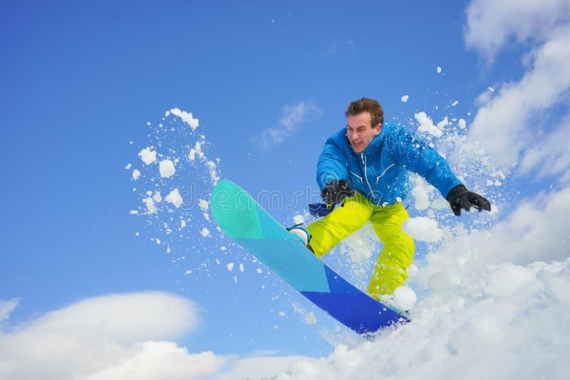 Молодой человек на сноуборде стоковое фото rf