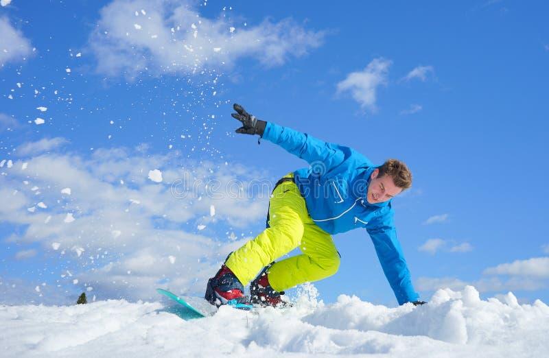 Молодой человек на сноуборде стоковые изображения