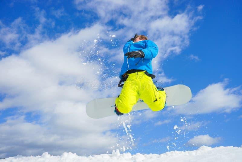 Молодой человек на сноуборде стоковые фото