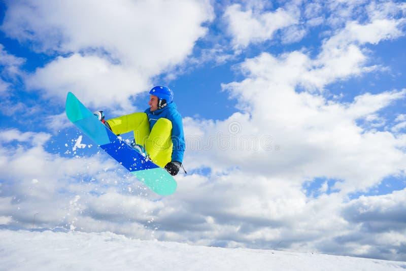 Молодой человек на сноуборде стоковое фото