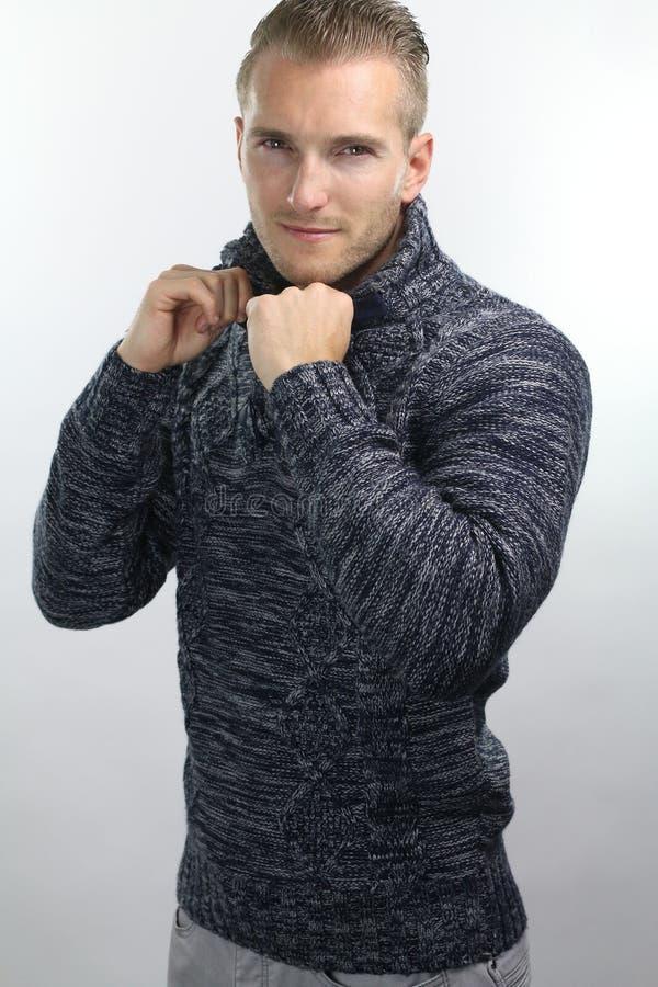 Молодой человек нося пуловер стоковое изображение rf