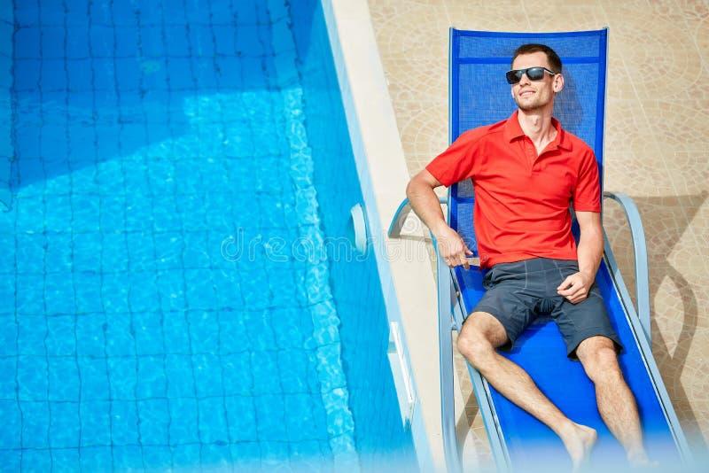 Молодой человек около бассейна стоковое изображение