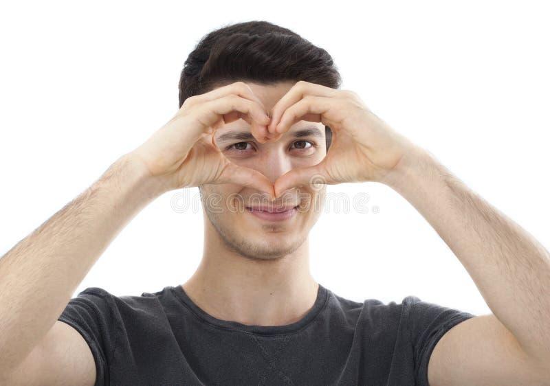 Молодой человек показывая форму сердца на ее руке в конце вверх по портрету стоковое фото