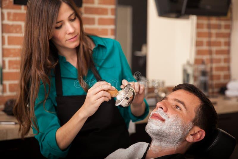Молодой человек получая бритье стоковая фотография