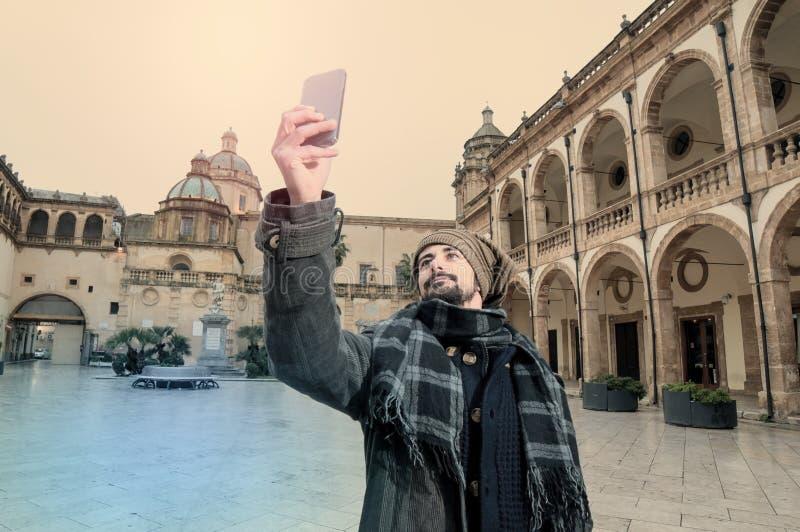 Молодой человек принимая Selfie в instagram тонизировал стиль стоковые фотографии rf