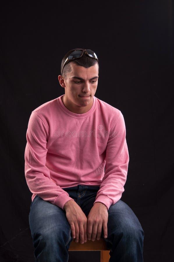 Download Молодой человек при солнечные очки сидя на стуле Стоковое Изображение - изображение насчитывающей рука, официально: 33738723