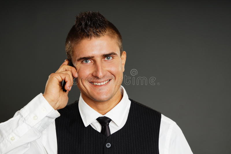 Молодой человек разговаривает с телефоном стоковая фотография