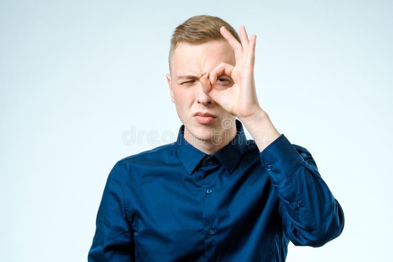 Молодой человек смотря далеко изолированный на белизне стоковая фотография rf