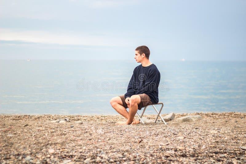 Молодой человек смотря левую сторону стоковая фотография rf