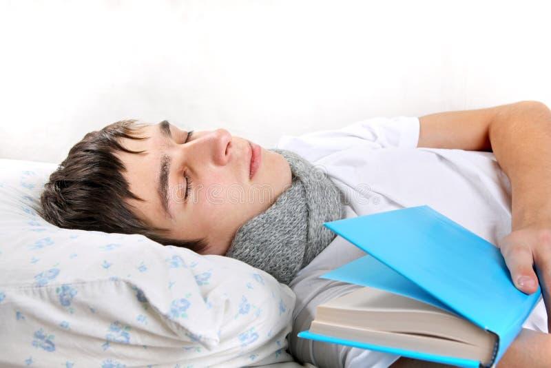 Молодой человек спит с книгой стоковое фото