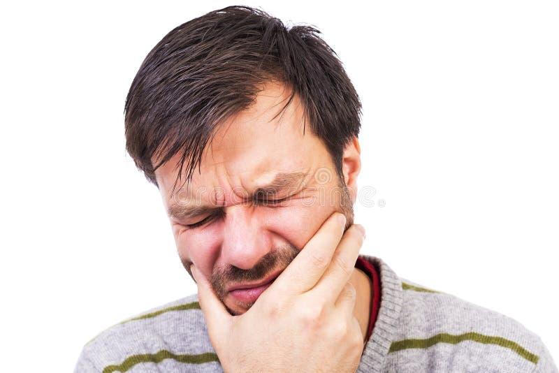 Молодой человек страдая от ужасной боли зуба стоковая фотография