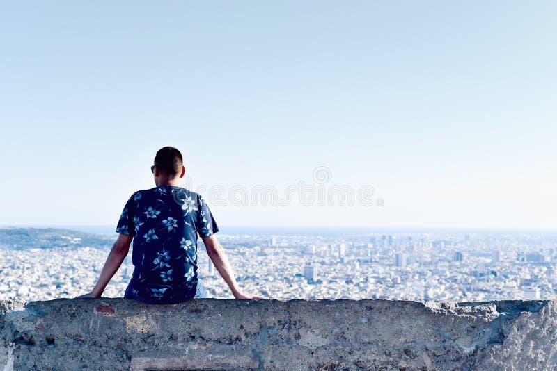 Молодой человек с городом ревет он стоковое фото rf