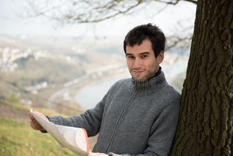 Молодой человек с картой стоковая фотография rf