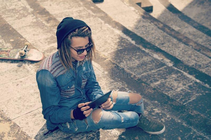 Молодой человек с концепцией таблетки filt новых веяний ретро ностальгического стоковая фотография rf