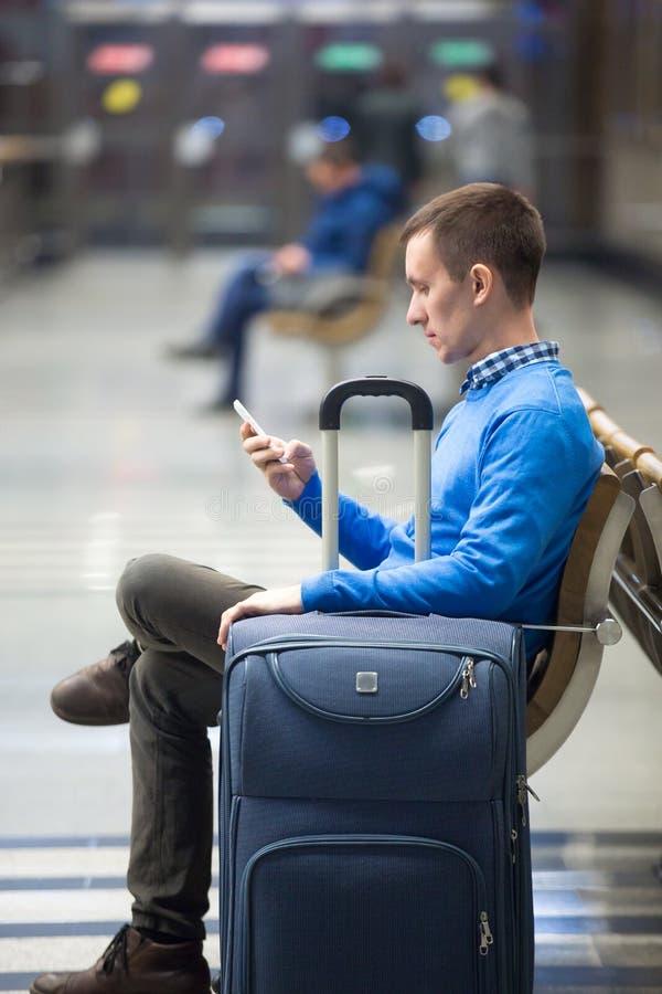 Молодой человек с переходом smartphone ждать стоковые фото