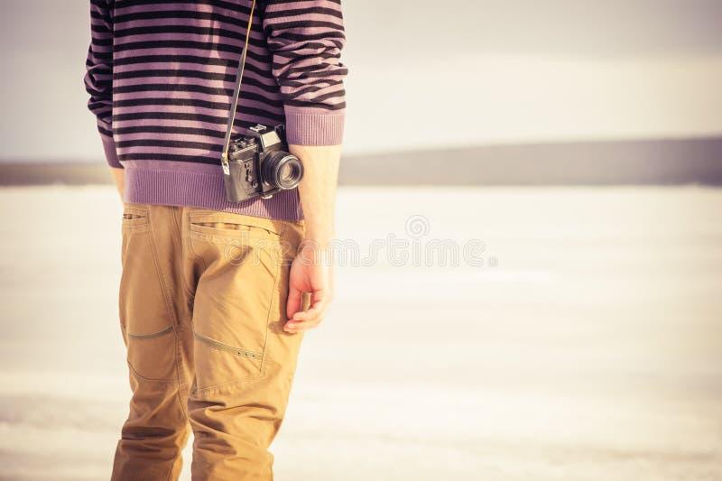 Молодой человек с ретро камерой фото внешней стоковое изображение rf