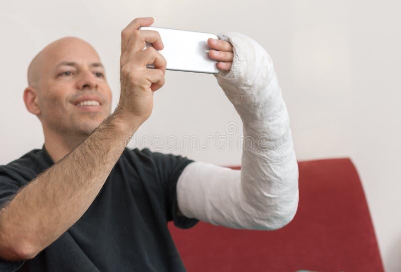 Молодой человек с рукой бросил принимать selfie стоковая фотография rf
