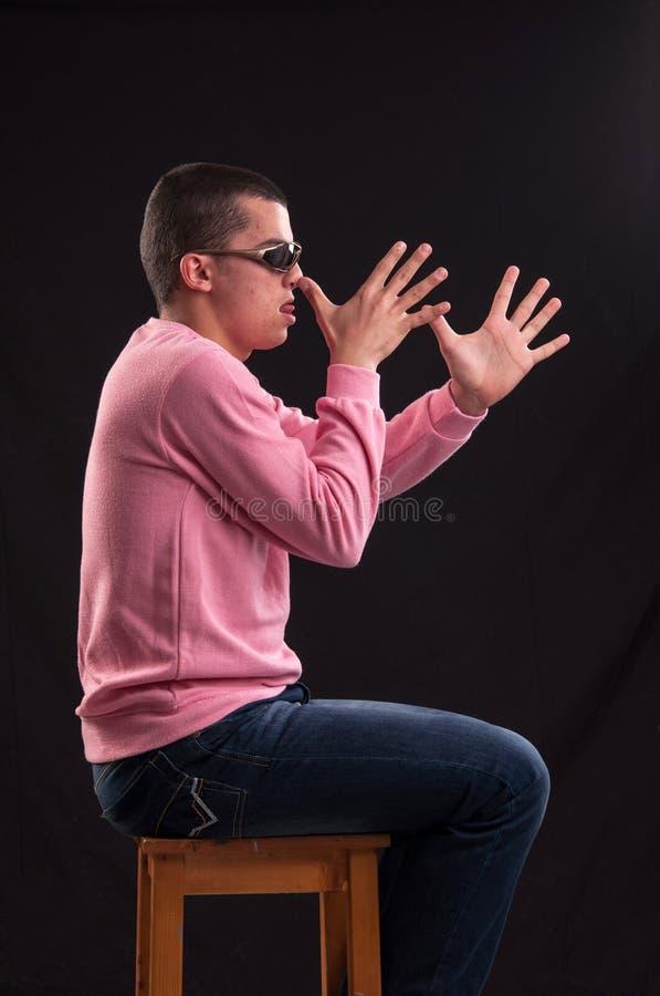 Download Молодой человек сдуру, усаженный на стул Стоковое Фото - изображение насчитывающей черный, aloha: 33738912