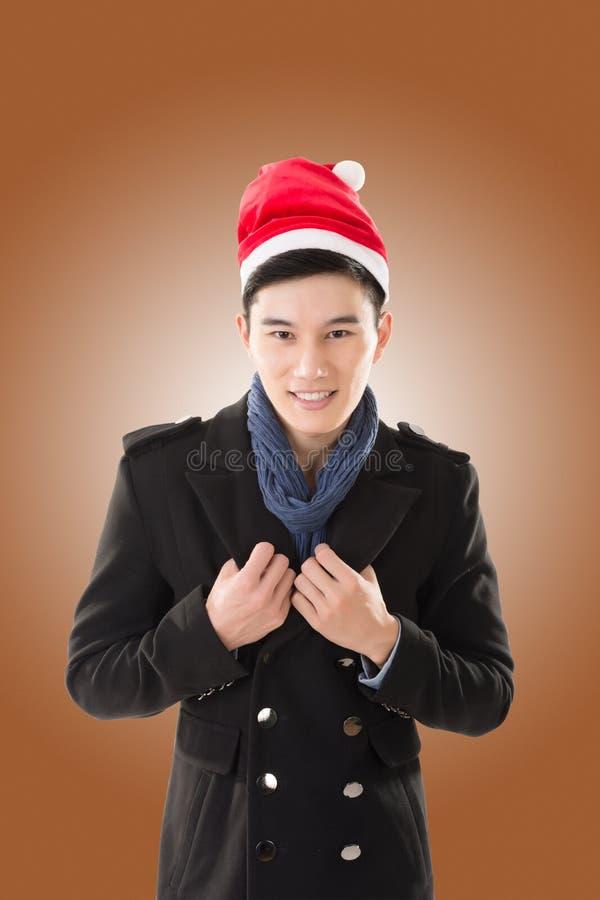 Молодой человек с шляпой рождества стоковые фото
