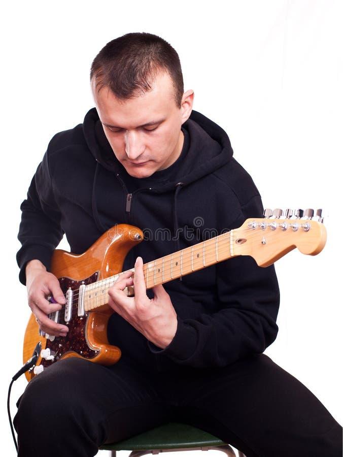 Человек с электрической гитарой стоковое фото rf