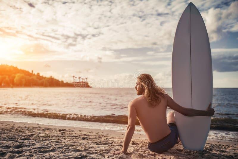 Молодой человек с surfboard стоковое изображение