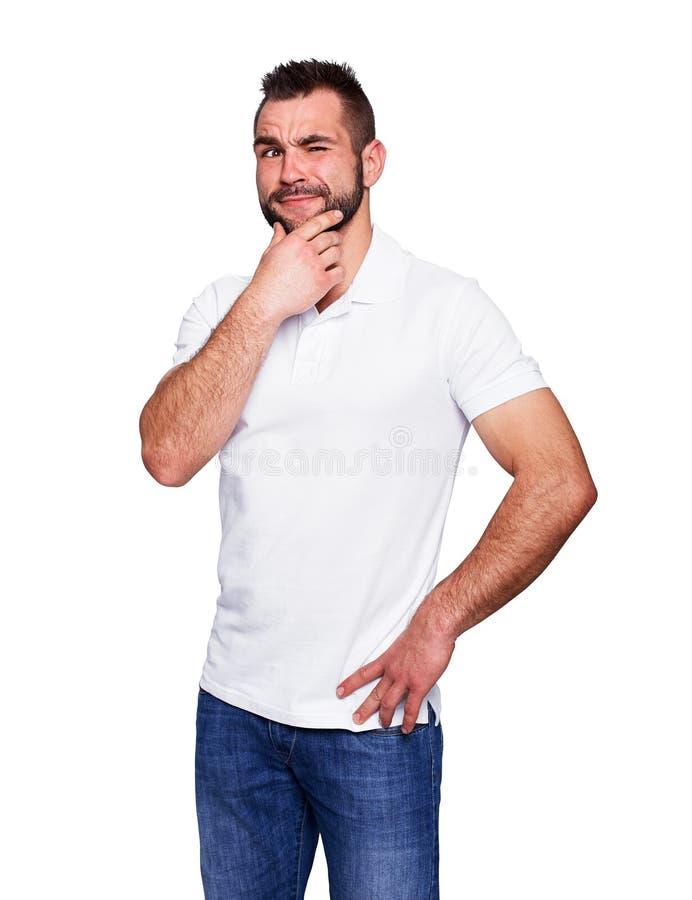 Молодой человек думая в белой рубашке поло стоковое изображение