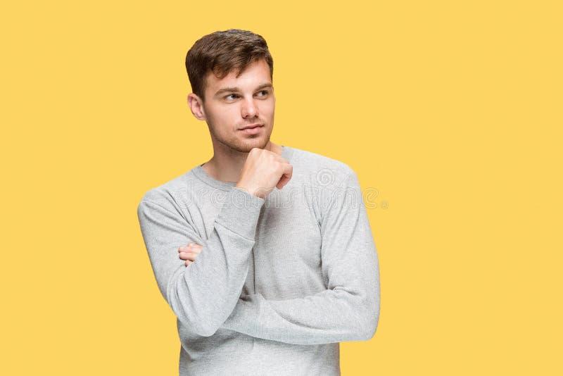 Молодой человек усмехаясь и смотря прочь стоковая фотография rf