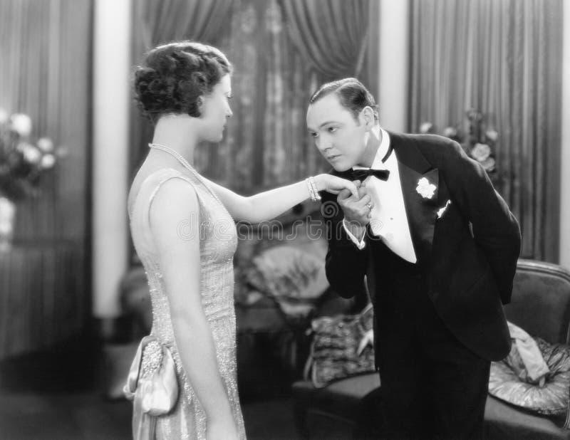 Молодой человек целуя руку элегантной женщины (все показанные люди более длинные живущие и никакое имущество не существует Гарант стоковые изображения rf