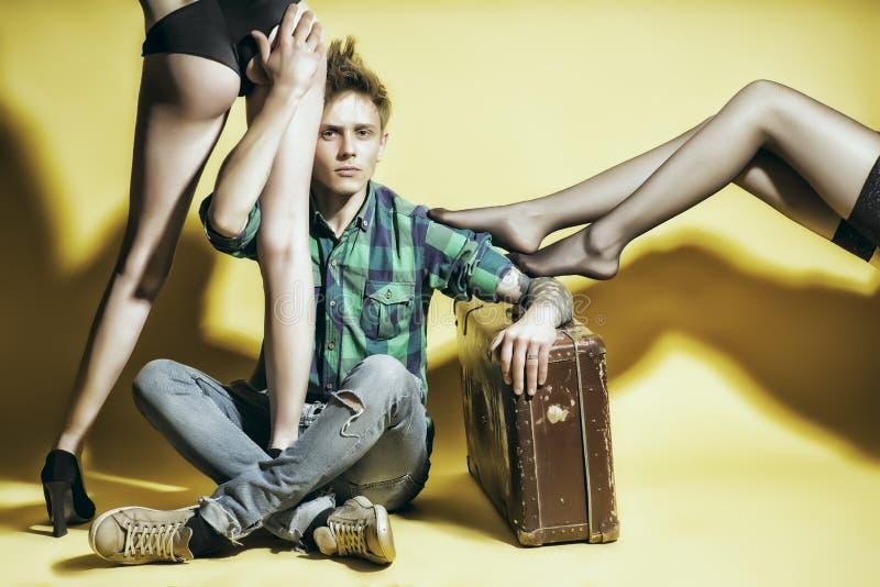 Молодой человек casanova с suitcasen ноги женщины amd стоковые фотографии rf
