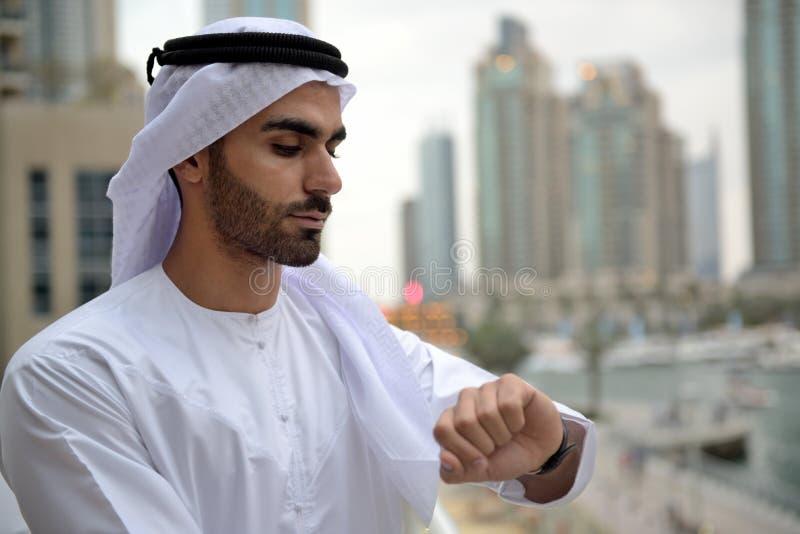 Молодой человек Emirati арабский готовя канал стоковое изображение