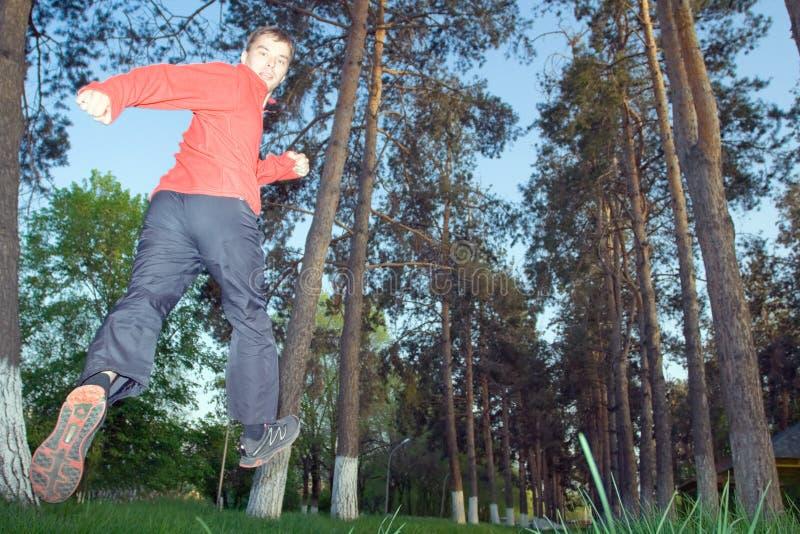 Молодой человек jogging в парке стоковое фото rf