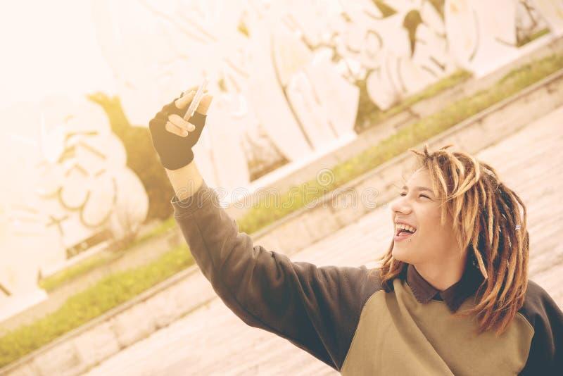 Молодой человек rasta моды принимая автопортрет Обрабатываемый крест стоковые фото