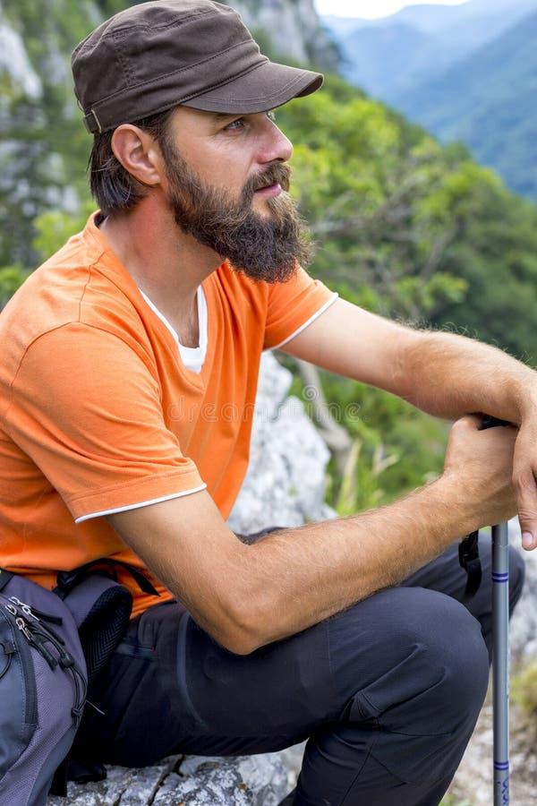 Молодой hiker при борода отдыхая на верхней части стоковые фотографии rf
