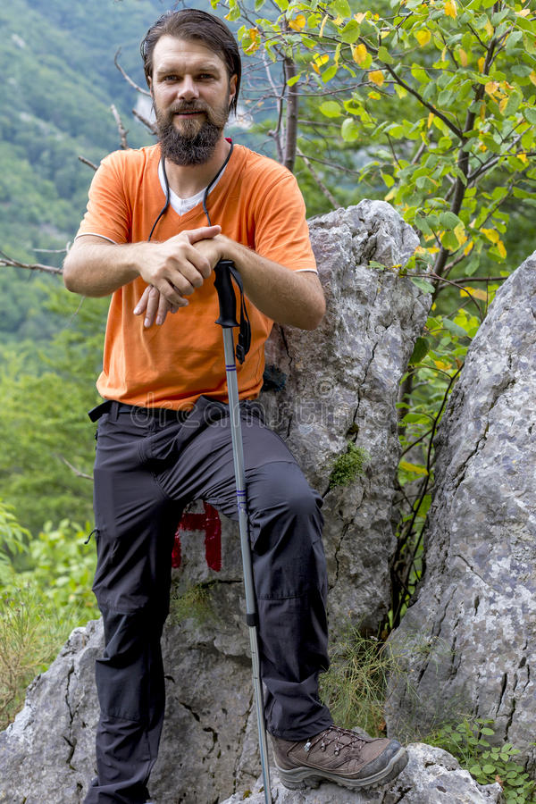 Молодой hiker при борода отдыхая на горе стоковая фотография rf