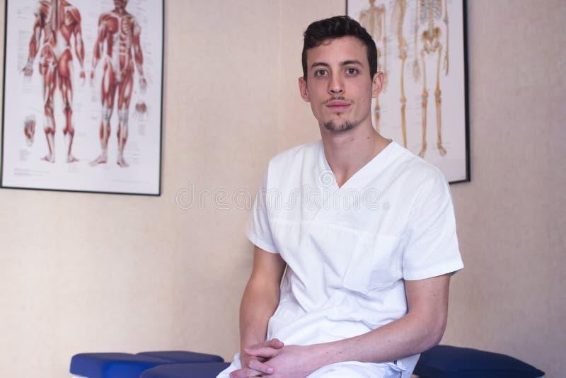 Молодой osteopath стоковая фотография rf