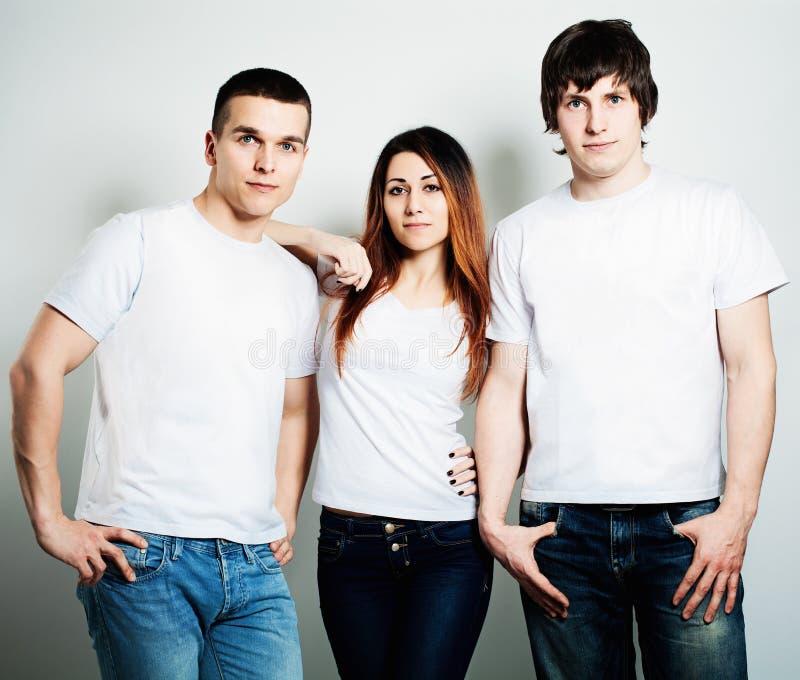молодость Молодые люди студентов нося белую пустую футболку стоковое изображение rf